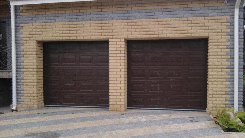 Секционные гаражные ворота Алютех заполнение сэндвич панель  структура  «филенка» , цвет Ral 8017 шоколад.